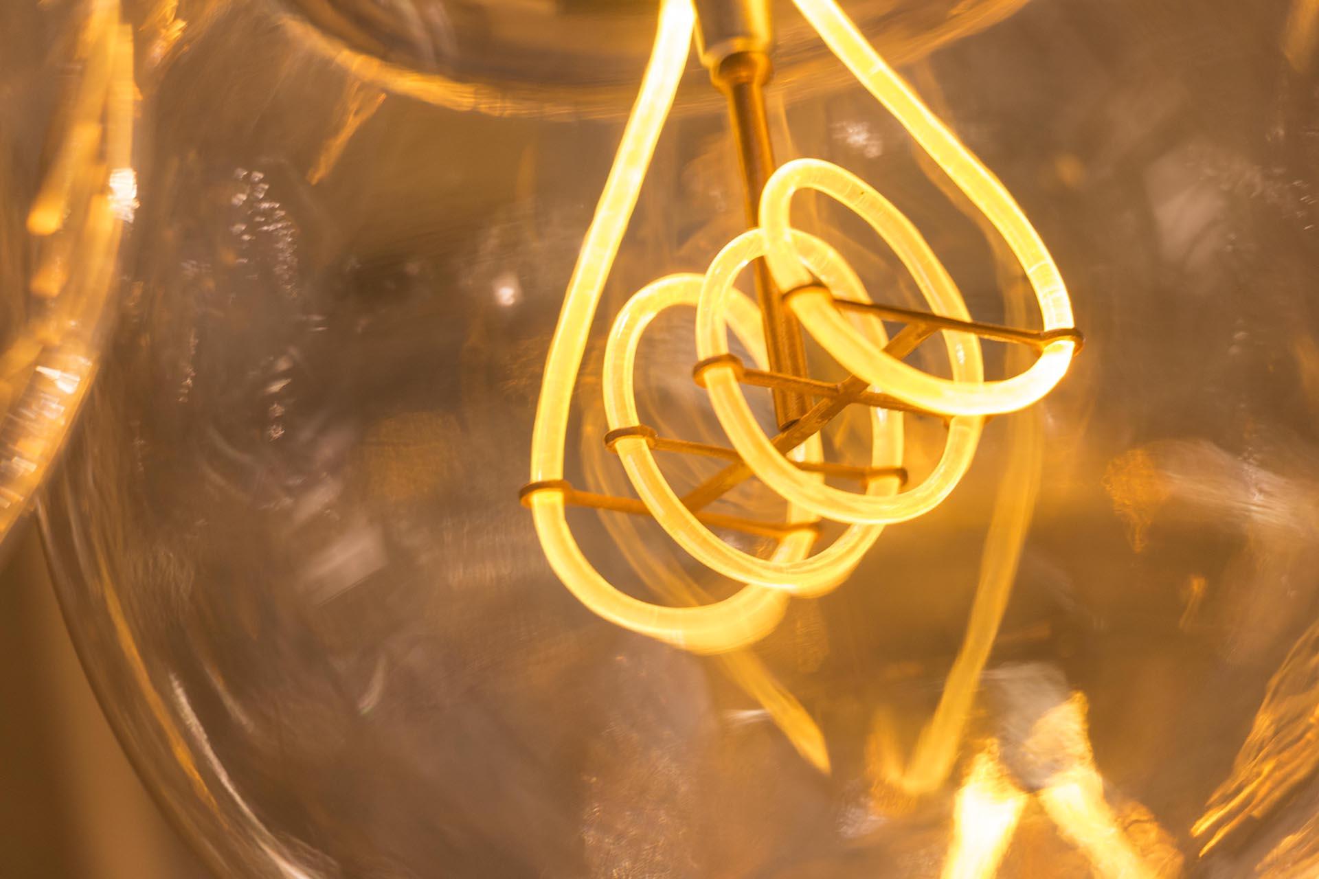 Diverse Fabrikanten Proberen Al Langer LED Lampen Met Zou0027n Uitstraling Te  Maken. Doorgaans Door Een Gloeidraad Te Maken Van Heel Veel, Hele Kleine  LEDu0027s.