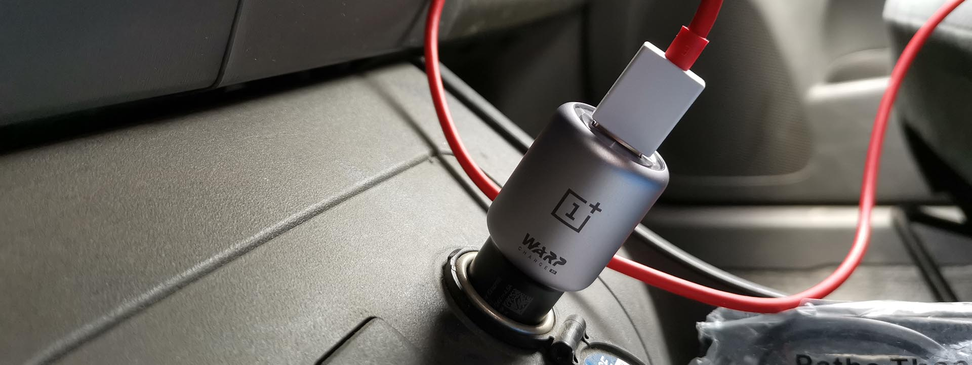 OnePlus Warp Charge 30 Car Charger in de auto