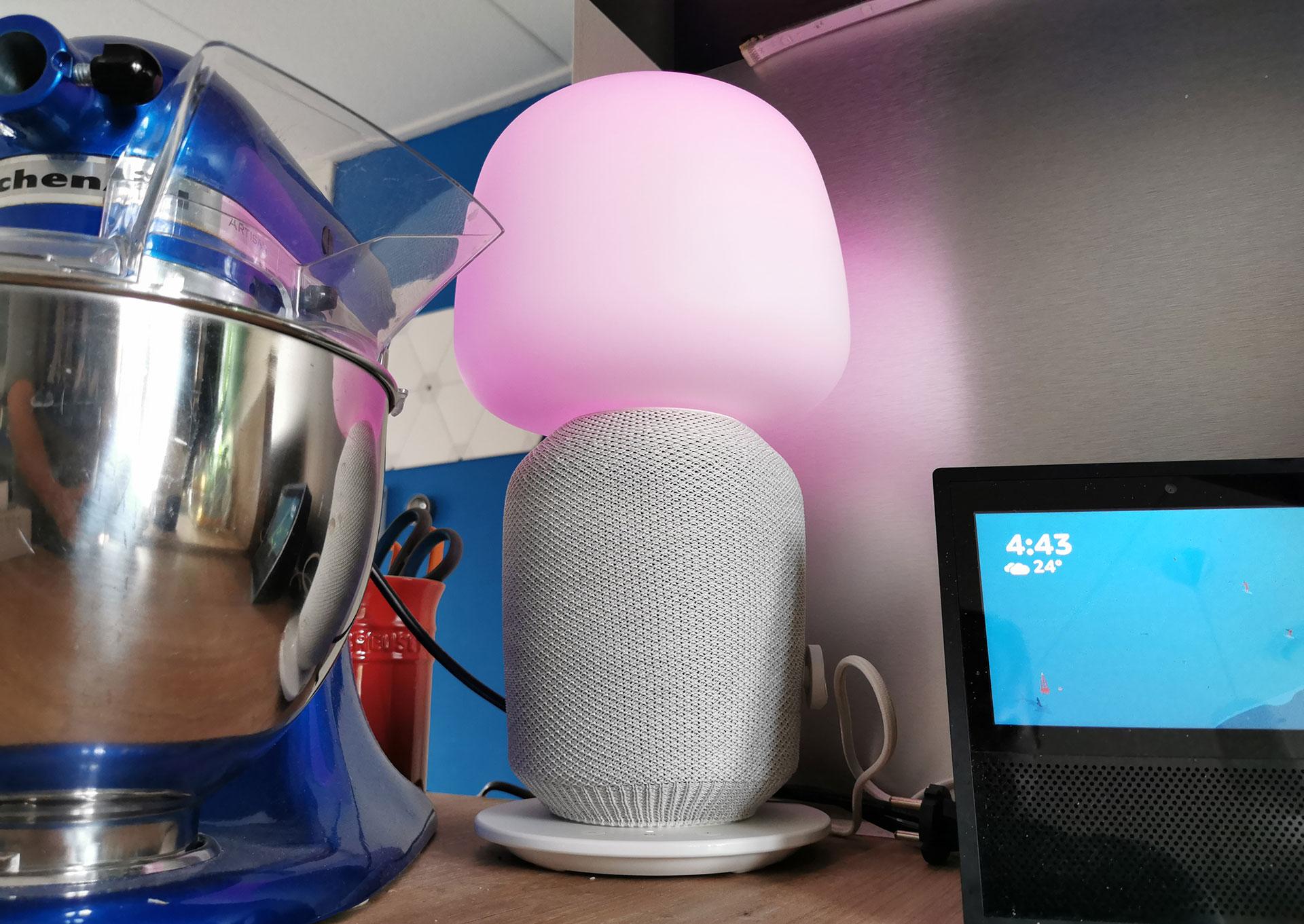 Ikea Sonos Symfonisk Tafellamp met Tradfri lamp aan