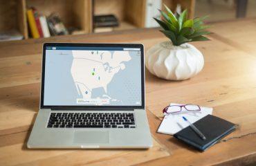 Apple MacBook met wereldkaart