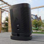 Sonos One op de Vogel's Table-Top Stand for Sonos